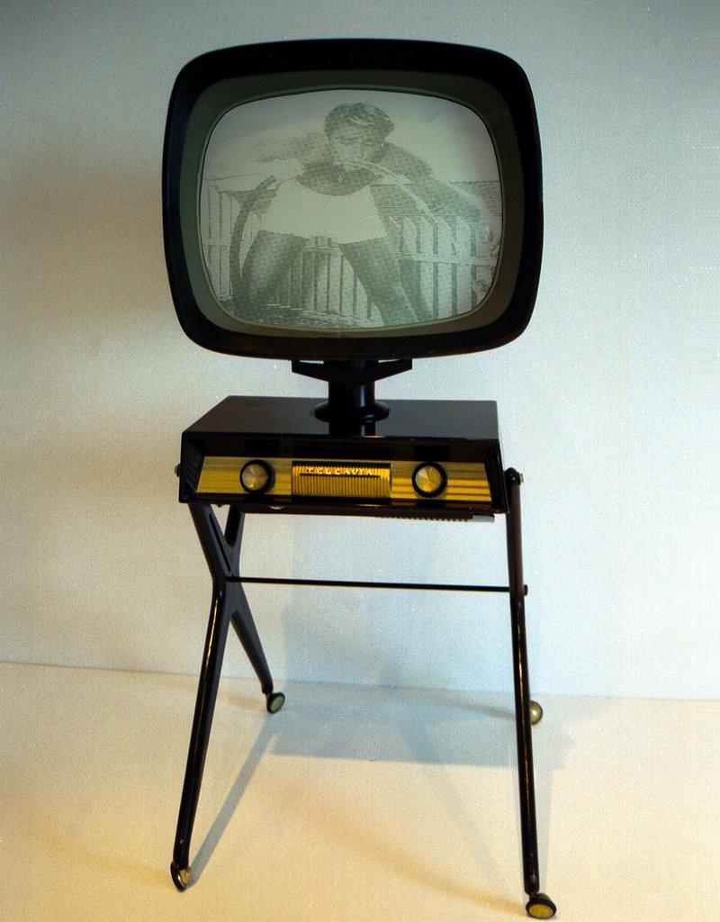 Vintage Portable Screen : Back to basics good old vintage tv designs designfloat